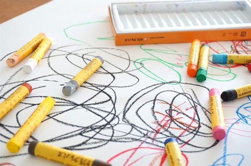 子どもがクレヨンでぐちゃぐちゃに落書きした様子