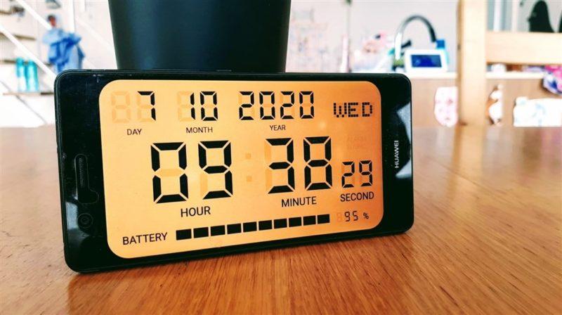 「シンプルなデジタル時計」というアプリの利用画像