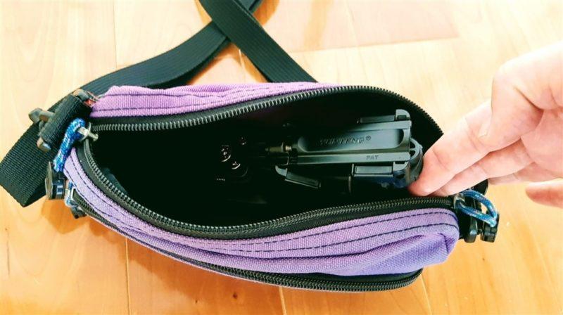 ショルダーバッグの中に入ったApsung自撮り棒