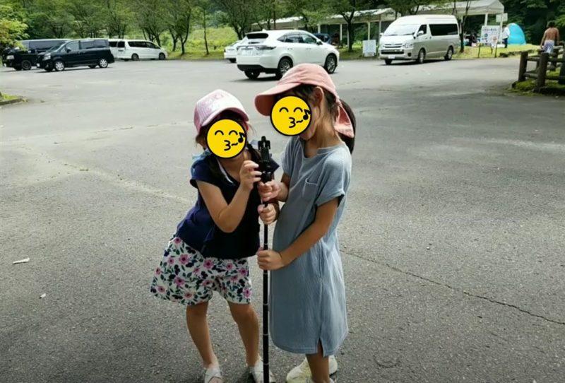 子ども2人がApsugn自撮り棒をマイクスタンドとして遊ぶ様子