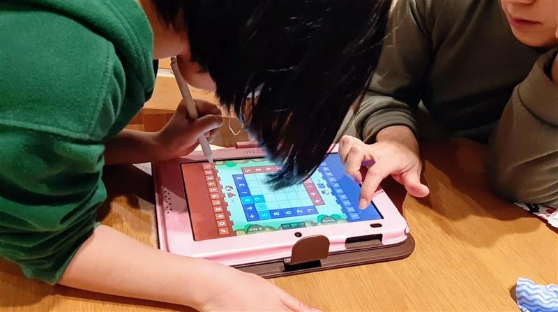 親子でスマイルゼミの計算ゲームに夢中になる様子