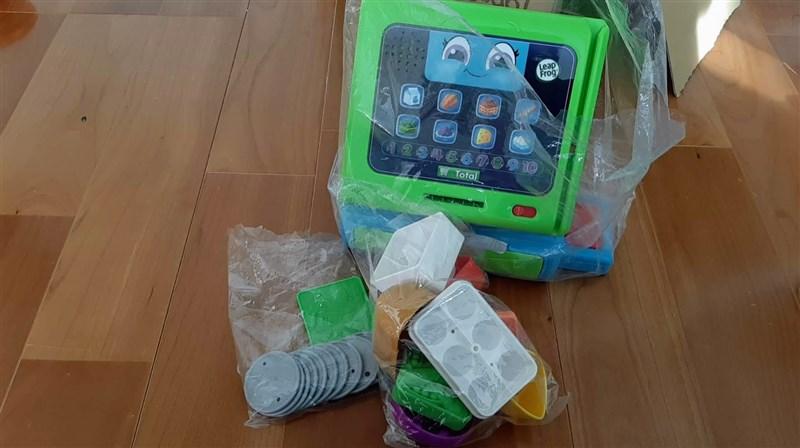返却するおもちゃを数を数えて袋の中に入れた画像