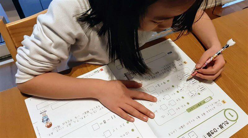 お試し教材で実際に勉強する長女 (小一)