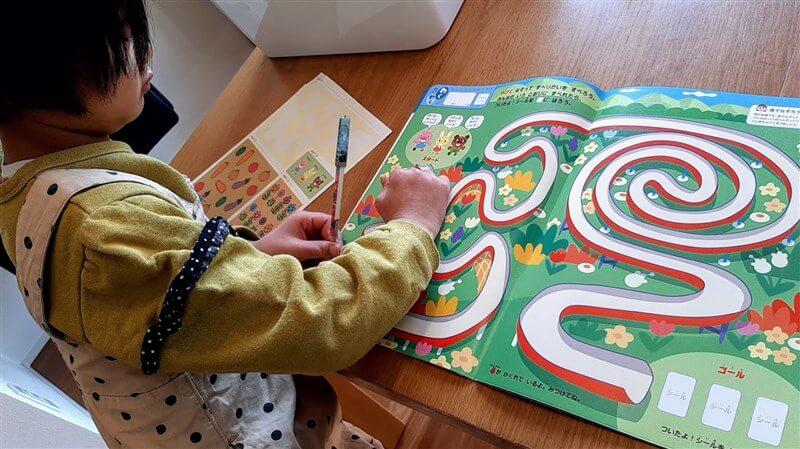 幼児ポピーを楽しむ子どもの画像