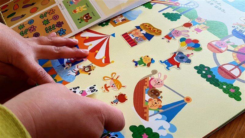 幼児ポピー年長向け4月号にあるシールを貼って遊ぶページ