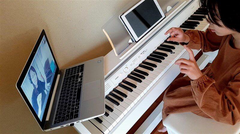 カフェトークでピアノレッスンを受ける様子