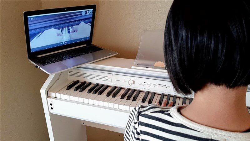 カフェトークのオンラインレッスンで鍵盤への手の置き方を教えてもらっている様子
