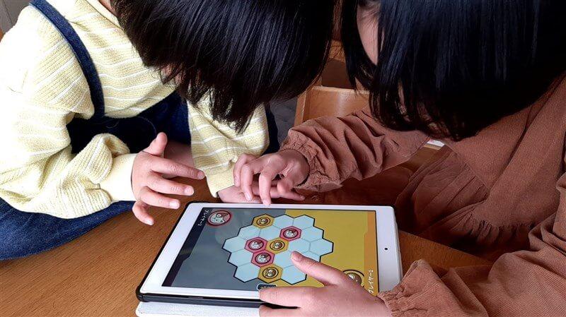 ワンダーボックスの体験版アプリを姉妹で楽しむ様子