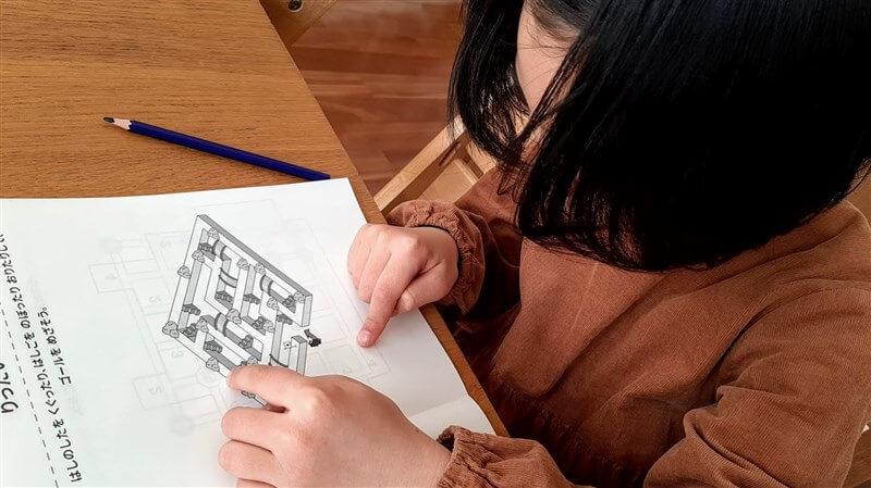 体験教材の「はてにゃんのパズルノート」にある立体迷路