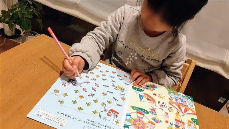幼児ポピーお試し教材を良い姿勢で勉強する様子